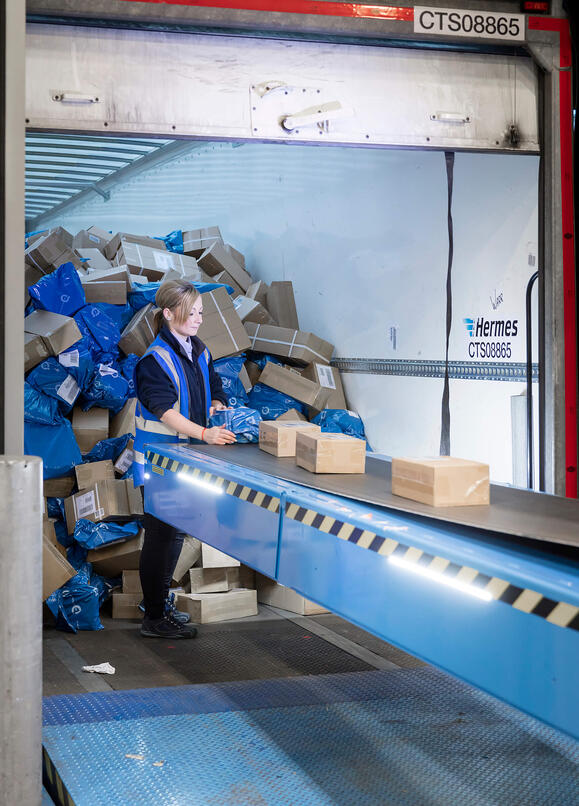 Automated-boom-conveyors-extend-into-trailers